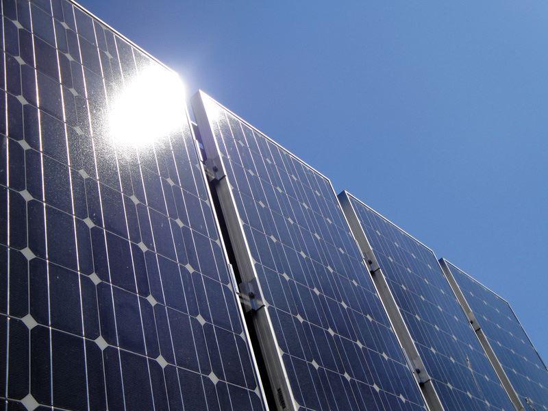 Sonne spiegelt sich auf gereinigtem Solarmodul